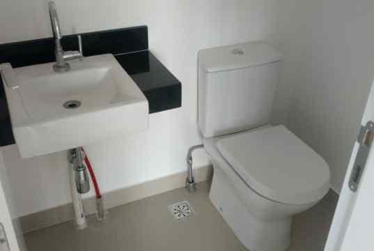 WC da sala comercial com kit de acabamento